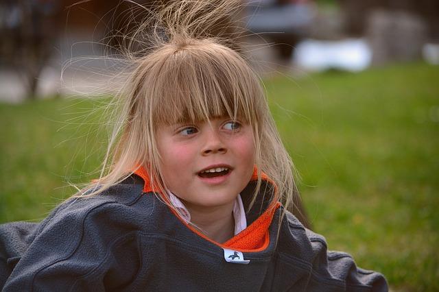 dziewczynka z długimi włosami
